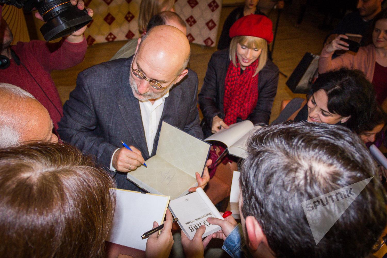 Борис Акунин подписывает читателям свои книги