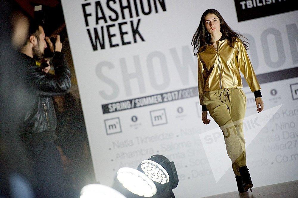 Модели демонстрируют работы грузинских дизайнеров из коллекций Весна/Лето 2017
