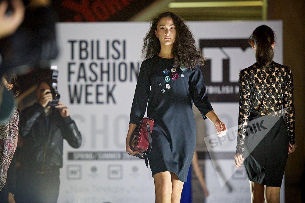 В течение вечера посетителям торгового центра показали десятки различных женских платьев и нарядов - показ длился более 20 минут