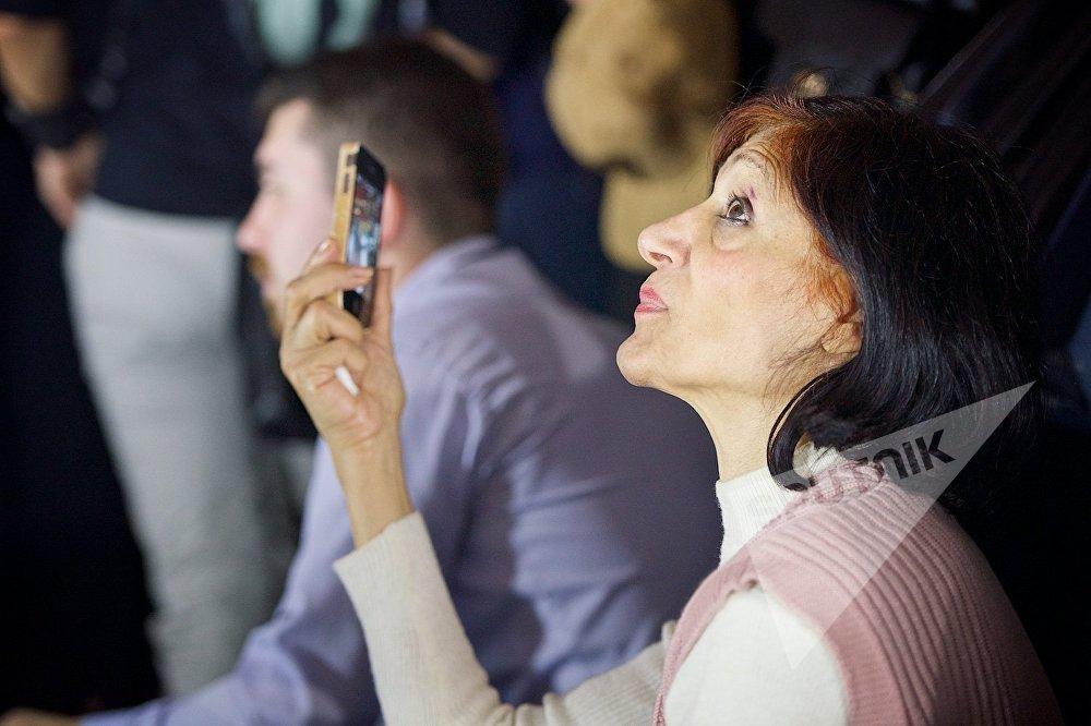 Во время модного показа многие зрители снимали дефиле на смартфоны, чтобы ничего не упустить