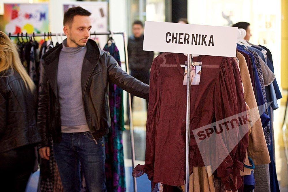 Молодой человек рассматривает коллекцию одного из грузинских домов моды