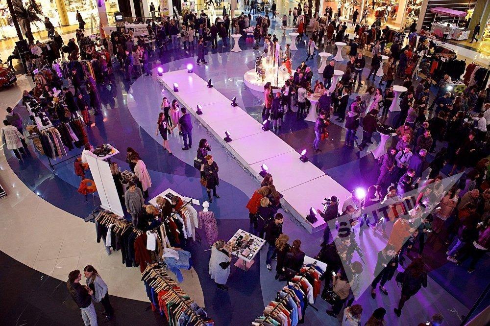 Холл торгового центра был заполнен посетителями, которые осматривали коллекции грузинских дизайнеров