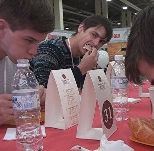 Чемпионат по скоростному поеданию пирогов прошел в Ростове-на-Дону