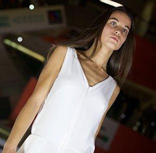 Модель на подиуме во время модного показа в рамках Tbilisi Fashion Week