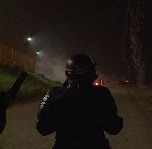 Слезоточивый газ, дым и огонь  –  столкновения полиции и мигрантов в Кале
