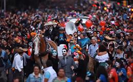 Разрисованные лица и яркие наряды на параде мертвецов в Мехико