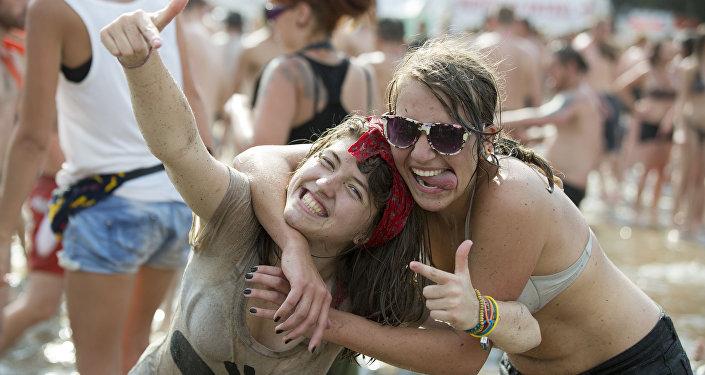 Две девушки позируют фотографу на фестивале Prznek Woodstock на границе Германии и Польши
