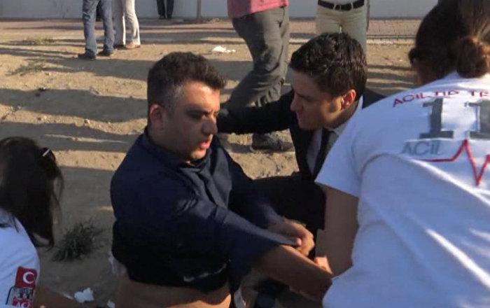 Медики оказывают помощь пострадавшим при взрыве в Анталье