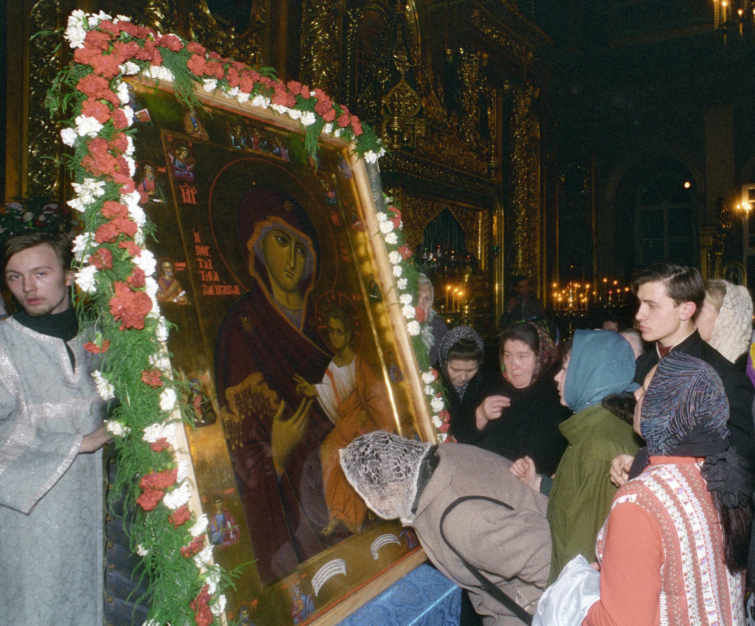 Верующие прикладываются к иконе Иверской Божией Матери