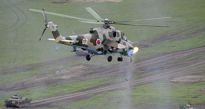 Грузинский военный вертолет во время учений на полигоне в Вазиани
