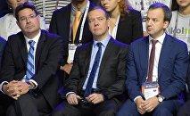 Дмитрий Медведев (в центре) на форуме Открытые инновации - 2016