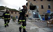 Пожарные и спасатели на месте землетрясения в городе Виссо, Италия