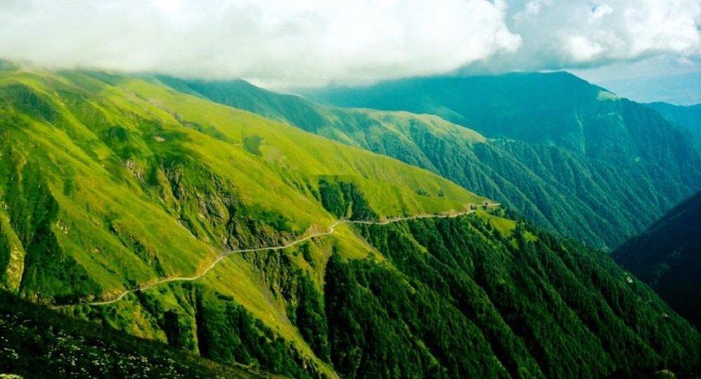 Дорога в высокогорном крае Тушети в регионе Кахети