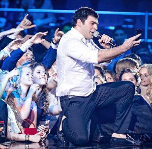 Нико Неман снимает селфи на память во время концерта для одной из своих поклонниц
