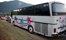 Пассажирский автобус едет по Военно-Грузинской дороге в направлении грузино-российской границы