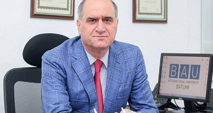 Грузинского кардиохирурга  Исмета Диндара-Микеладзе наградили званием Врач века