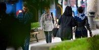 Люди на проспекте Руставели в центре Тбилиси