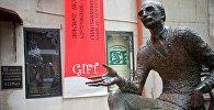 Памятник Туманишвили на входе в театр его имени в столице Грузии