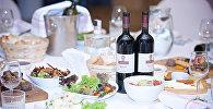 Праздничный стол с грузинскими блюдами и вином