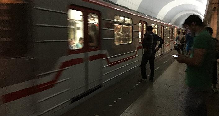 Тбилисское метро - пассажиры на пероне перед посадкой в поезд