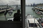 Сотрудник морской полиции Панамского канала наблюдает за кораблями на военно-морской базе