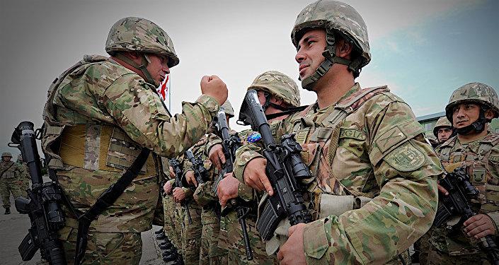 Грузинские военнослужащие пехотного батальона на утреннем построении