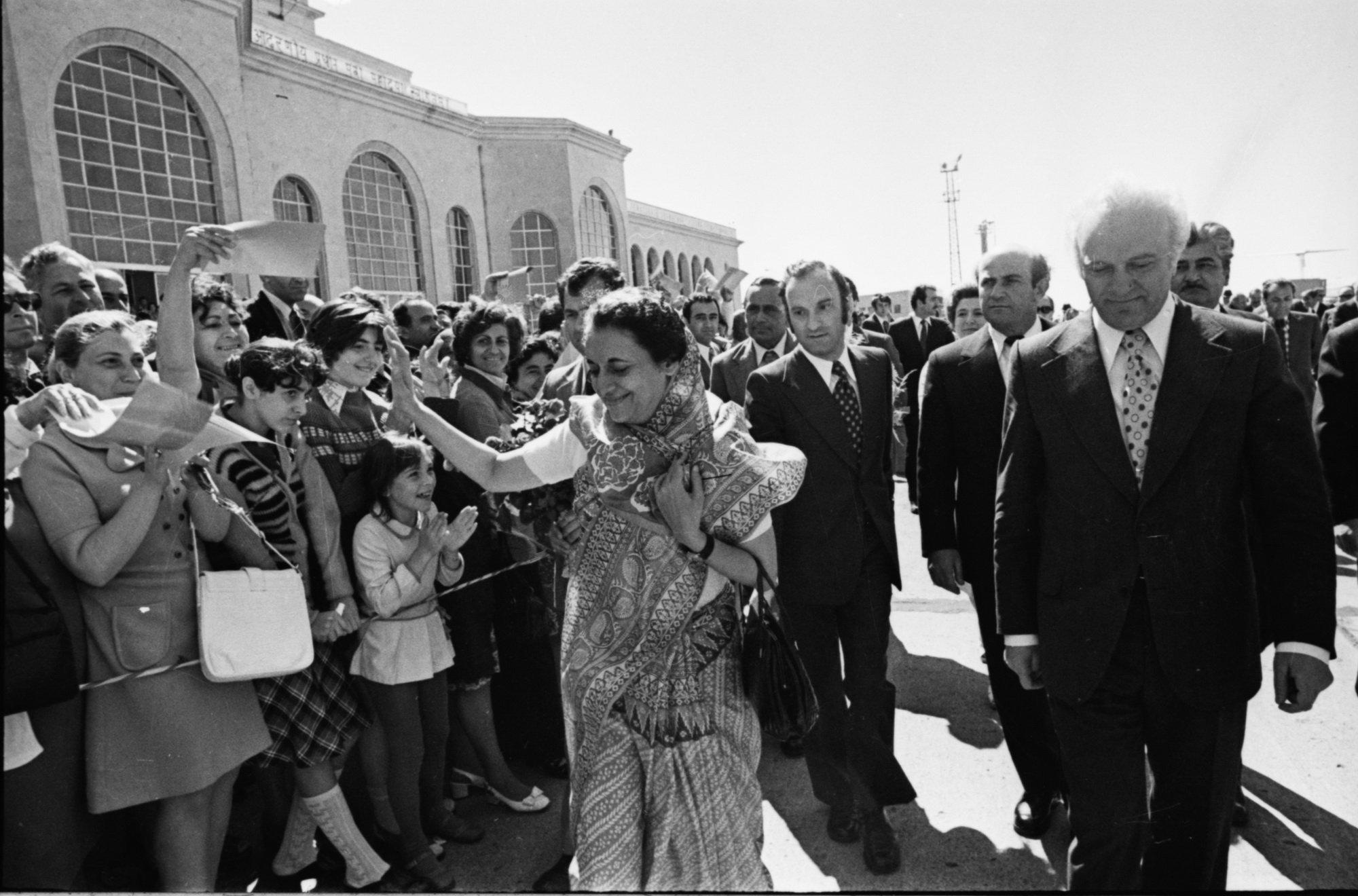 Индира Ганди в сопровождении Эдуарда Шеварднадзе приветствует тбилисцев, 1974 год