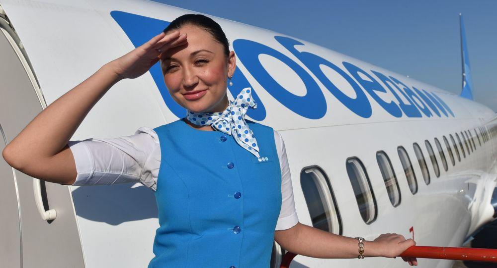 Стюардесса авиакомпании Победа на трапе самолета