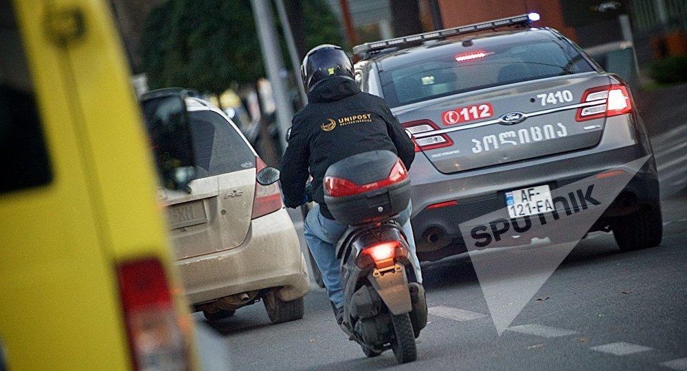 Полицейская машина патрулирует улицы