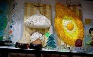 Грузинские сувениры в виде хинкали и аджарского хачапури в одном из магазинов в центре грузинской столицы