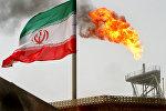 Флаг Ирана на фоне горящего факела на нефтедобывающей платформе