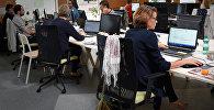 Сотрудники одного из офисов работают за компьютерами