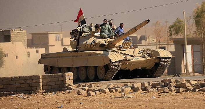 Солдаты Сил безопасности Ирака на танке принимают участие в боях против ИГ