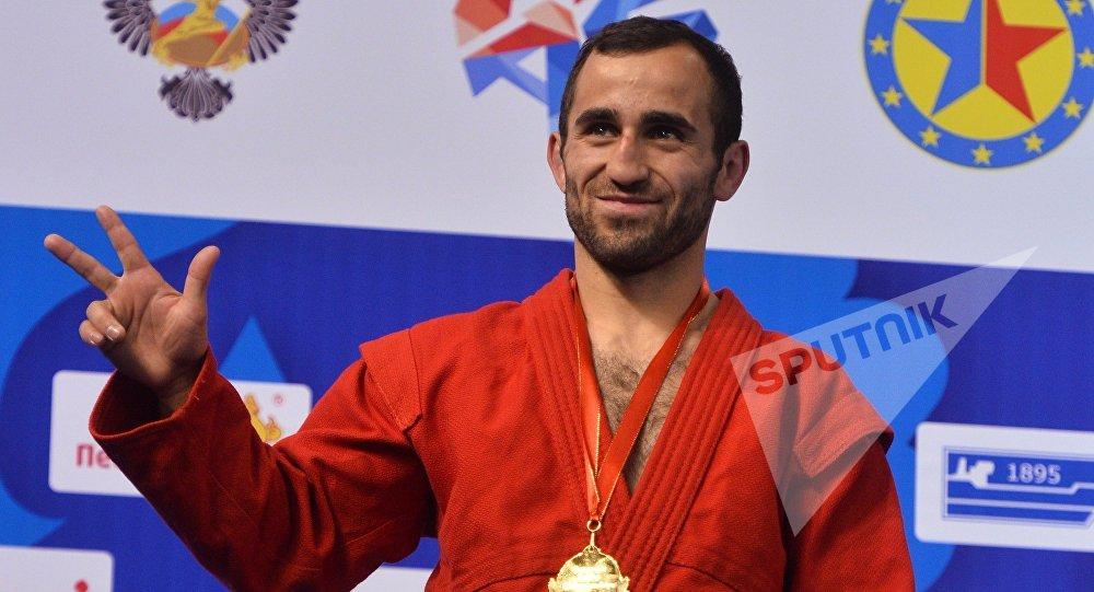 Вахтанг Чидрашвили (Грузия), завоевавший золотую медаль на чемпионате Европы по самбо в Казани в весовой категории до 57 кг, на церемонии награждения