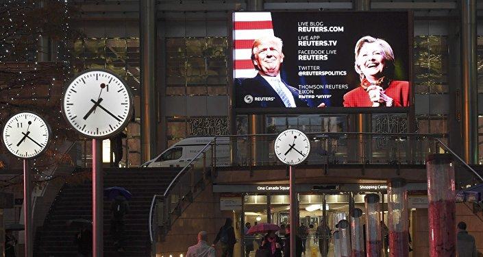 Экран на улице в Лондоне, где транслируются последние данные Reuters по выборам президента США