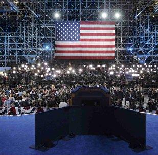 Флаг США в Центре Джависа в Нью-Йорке во время выборов президента США