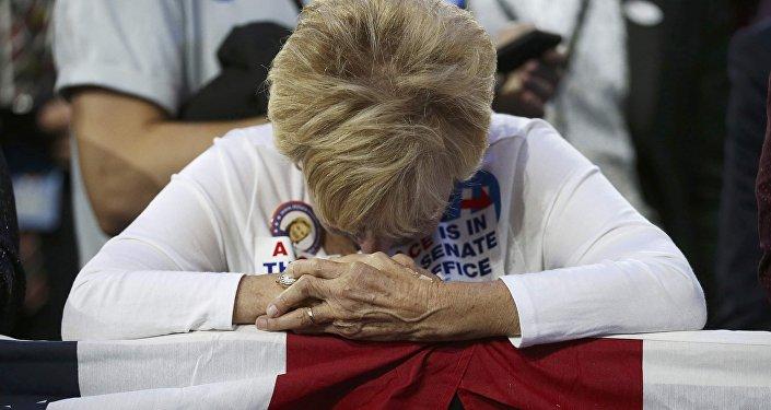Сторонница Хиллари Клинтон после объявления поражения ее кандидата на президентских выборах в США