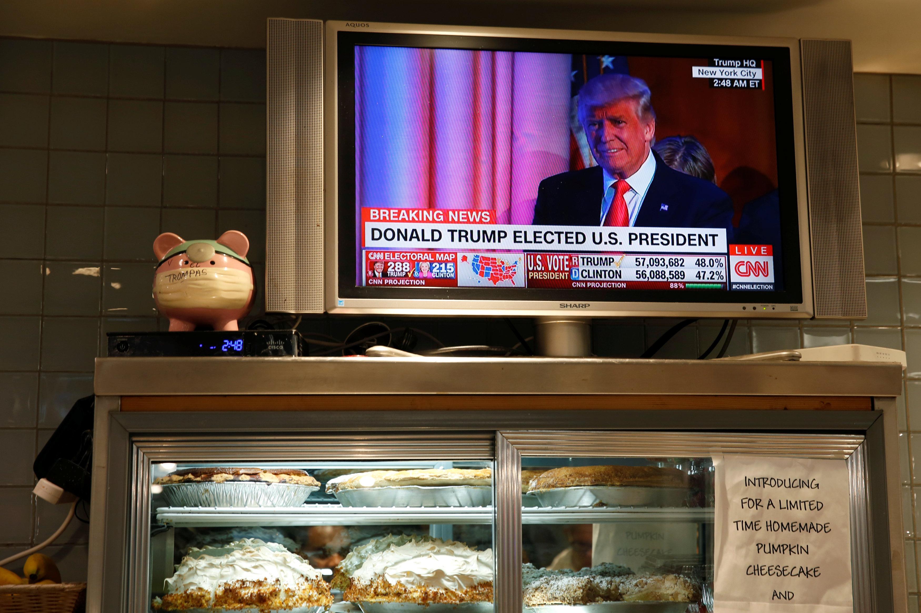 Телевизор в нью-йоркском кафе показывает данные об избрании Дональда Трампа президентом США