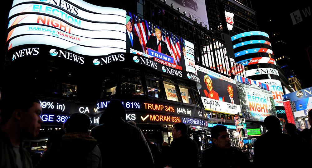 Информационные экраны с изображением избранного президента США Дональда Трампа в Нью-Йорке