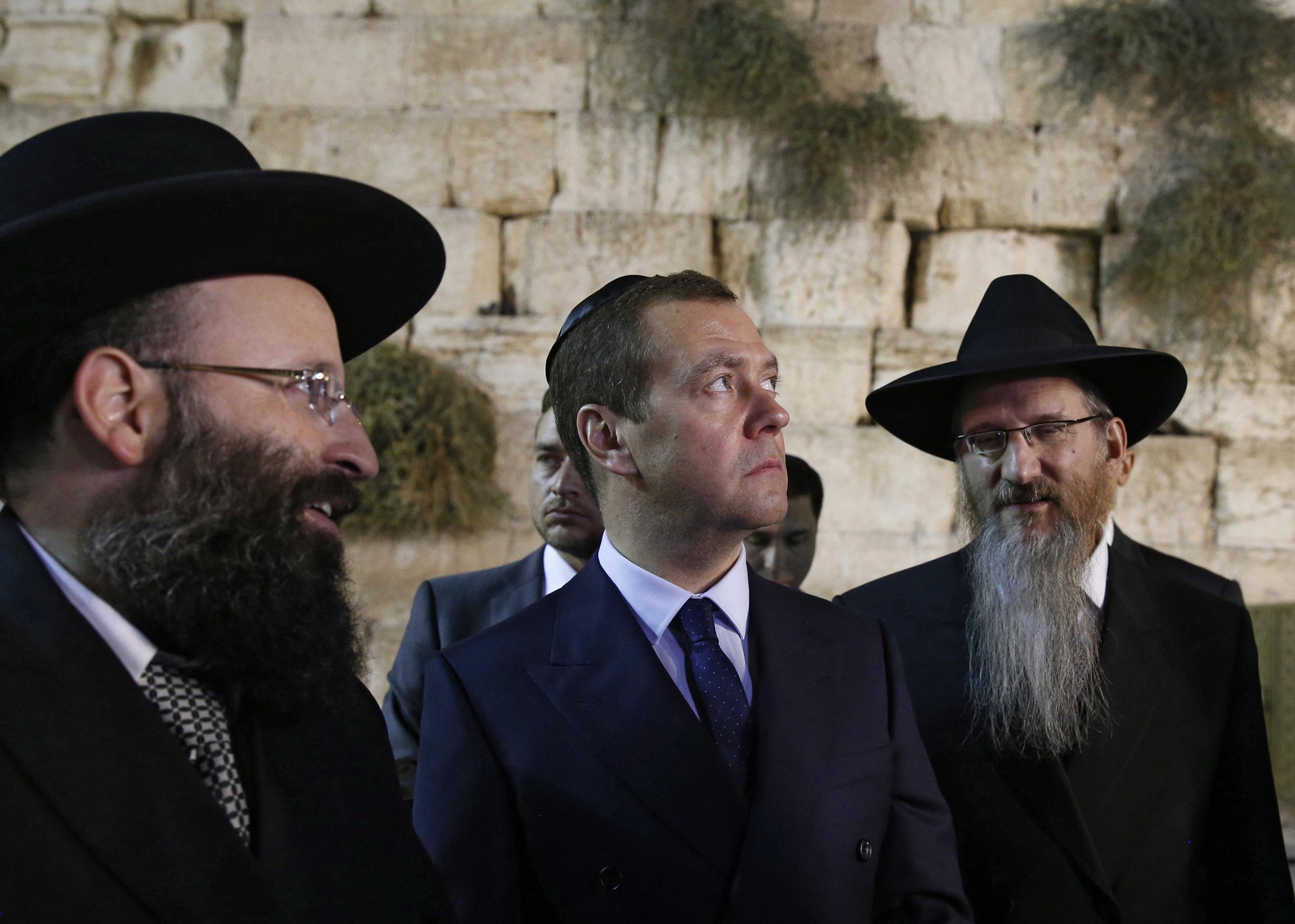 Председатель правительства РФ Дмитрий Медведев и главный раввин России Берл Лазар (справа) во время посещения Стены Плача в Иерусалиме