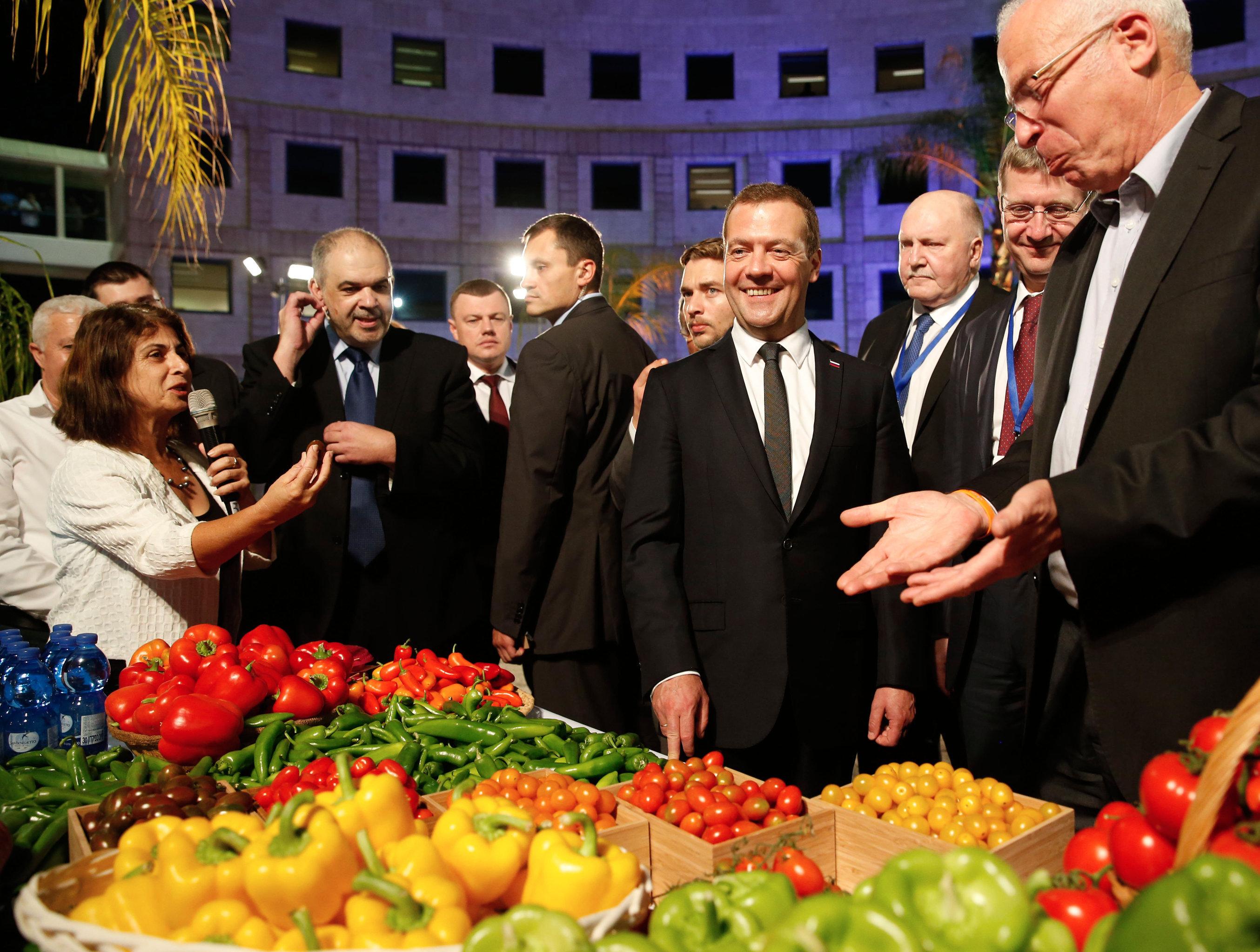 Председатель правительства РФ Дмитрий Медведев во время посещения научно-технического института имени Ицхака Волкани
