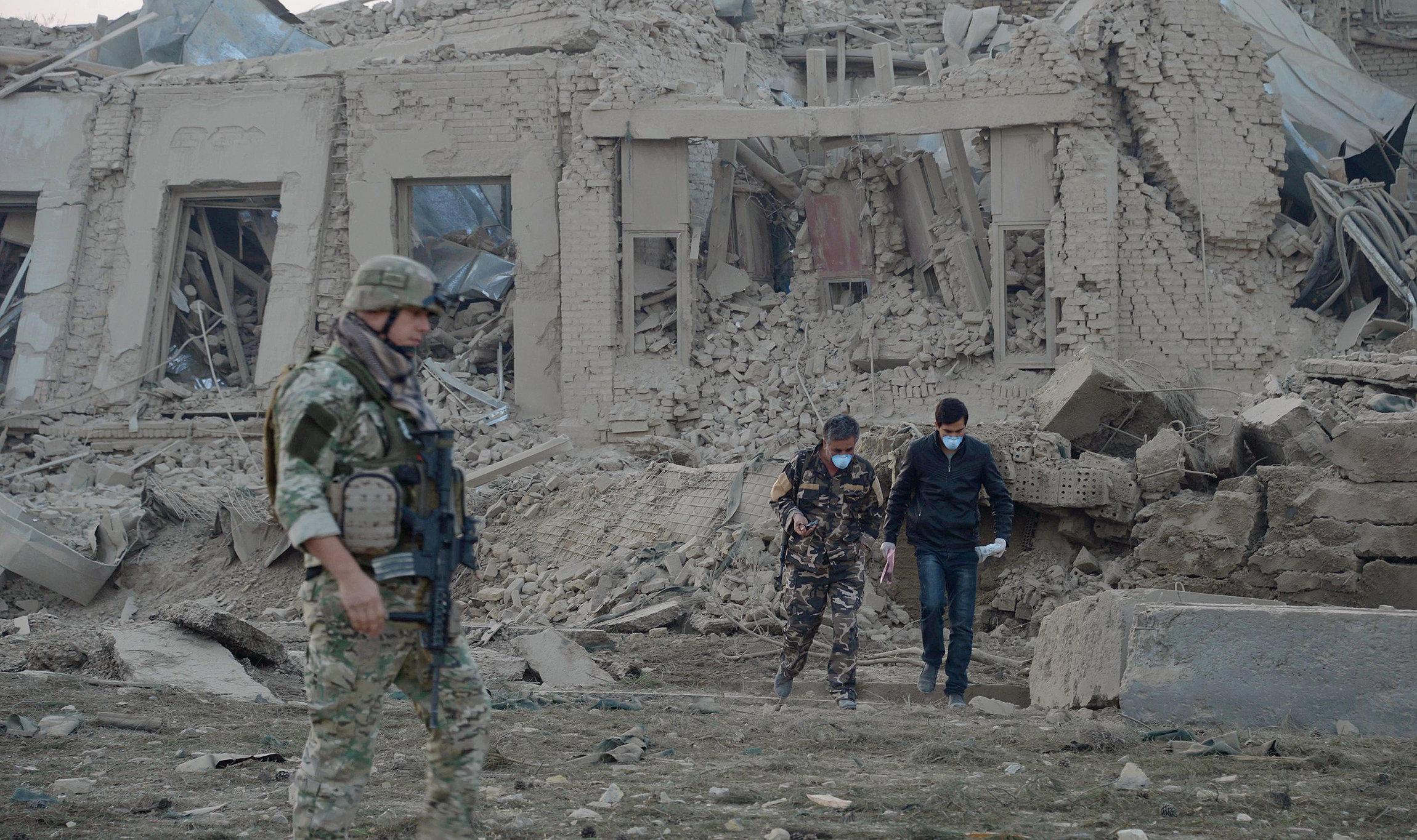 Сотрудники Службы безопасности Афганистана работают на месте взрыва у консульства Германии