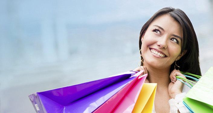 Женщина с покупками в руках