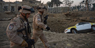 Солдаты идут мимо кратера от взрыва у консульства Германии