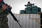 Сотрудники Службы безопасности Афганистана у базы Баграм в 50 километрах от Кабула