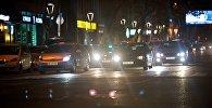 Машины едут по ночному городу