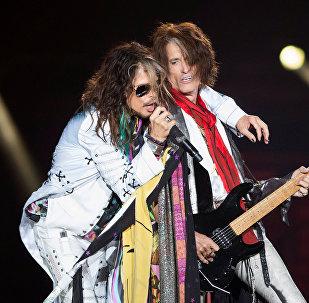 Вокалист группы Aerosmith Стивен Тайлер и гитарист Джо Перри на концерте Aerosmith: Let Rock Rule