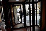 На входе в один из престижных отелей грузинской столицы