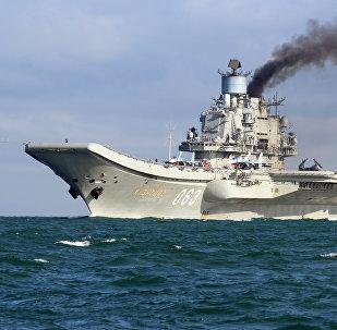 Тяжёлый авианесущий крейсер Адмирал Флота Советского Союза Кузнецов во время прохода авианосной группы Северного флота России через пролив Ла-Манш