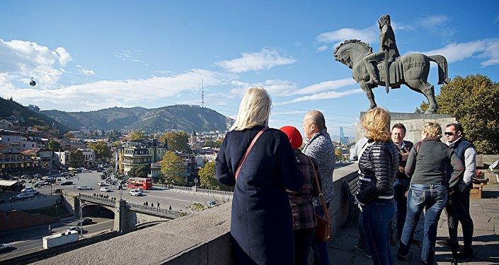 ტურისტები ძველ თბილისში